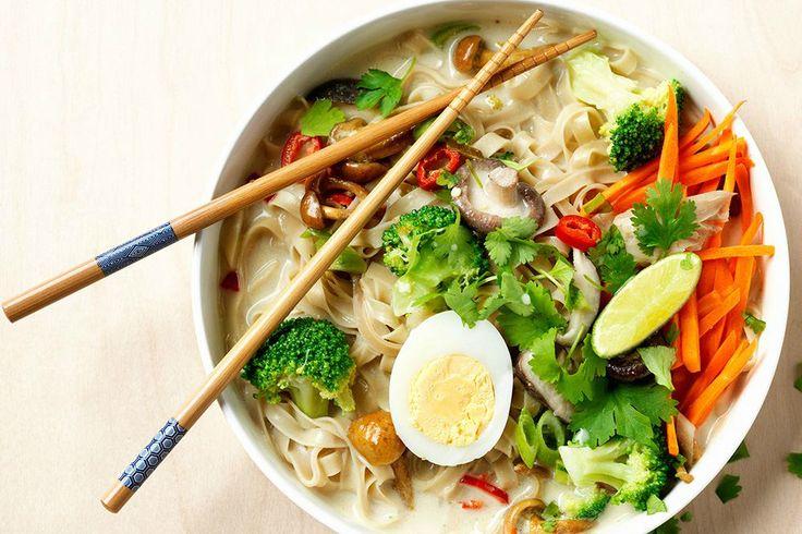 Een noedelsoepje is zo gemaakt, perfect om restjes groenten uit je koelkast op te maken. Denk aan winterpeen, broccoli, paddenstoelen, gember en bosui!