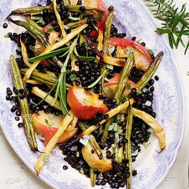 Belugalinsen liknar den ryska kaviaren med samma namn och är för många kungen av linser. Här får du prova dem i en ljummen sallad med rosmarinrostade haricots verts och äpplen. Byt ut hälften av de gröna bönorna mot gula vaxbönor för extra färgprakt.