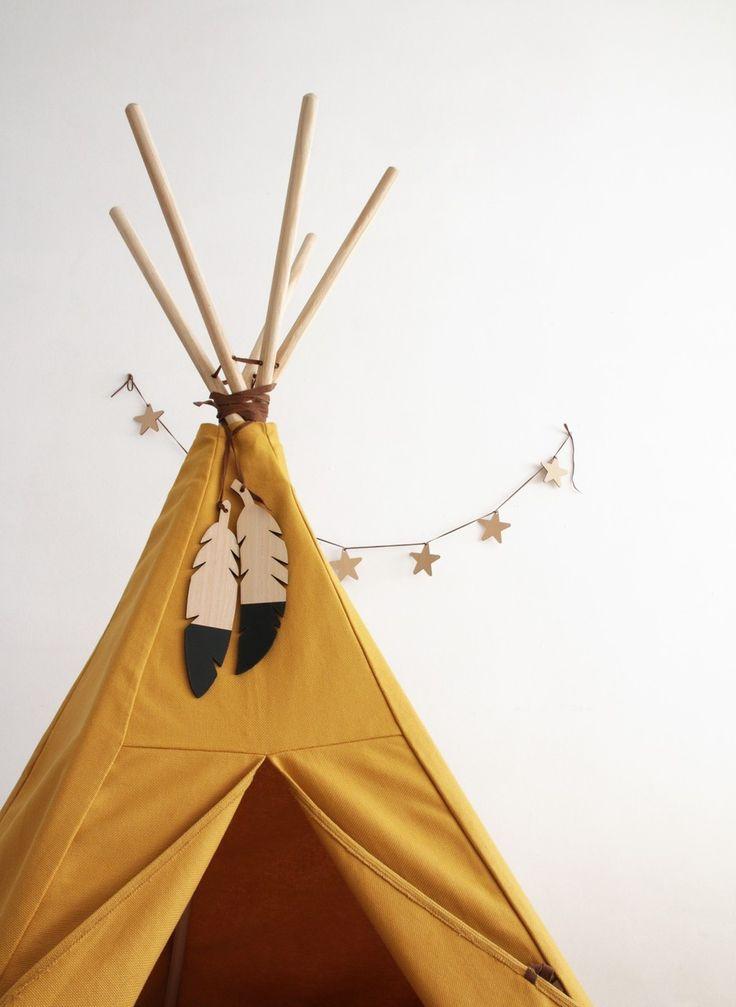 Federschmuck von Nobodinoz für die Kinderzimmer-Wand, als Deko oder Zierde für das Indiander-Tipi. Mehr Infos auf https://www.kleinefabriek.com/.
