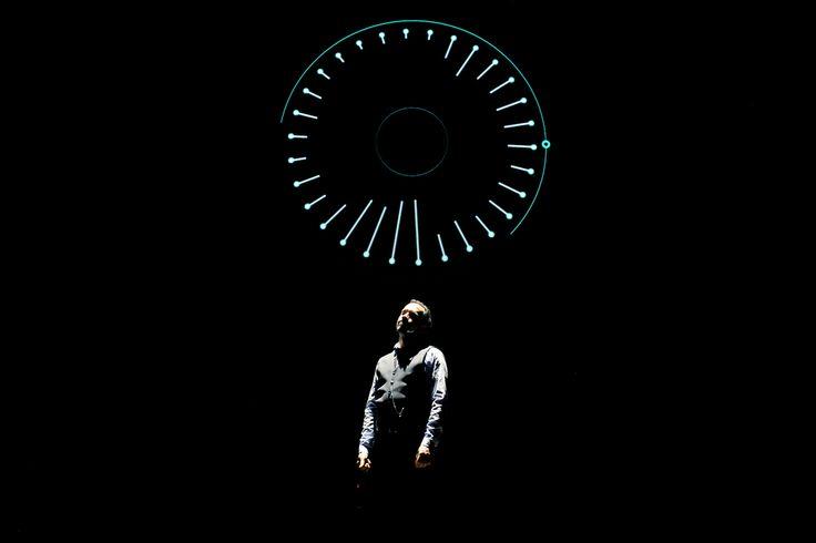 """Comment faire rire avec un vrai cours d'astrophysique ? C'est le défi que relève Alexandre Astier. L'artiste, qui s'est fait connaître grâce à la série Kaamelott, repart en tournée avec son spectacle intitulé """"l'Exoconférence"""". Le public rit et prend..."""