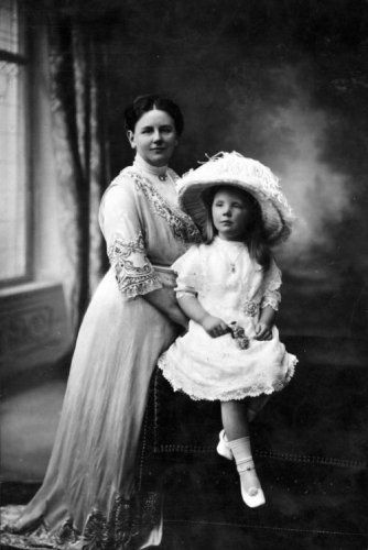1913 ca Koningin Wilhelmina en Prinses Juliana