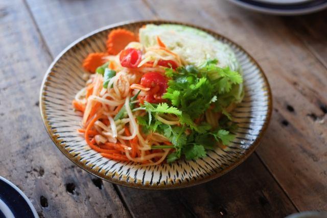 #ソムタム は #タイ の女性の間で、とても人気が高い 青い #パパイヤ を使った #サラダ 料理。#美容 や #ダイエット 効果があるとも言われています。 . パパイヤはネットスーパーでも気軽に手に入れることができますが、#大根 の皮でも代用できます♪ #タイ料理 が好きな人はぜひご自宅で試されてみてはいかがでしょうか?