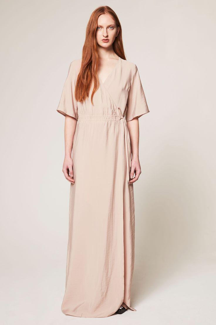 Dagmar Fabiola er en lang kjole i myk viskose, med overdel med omslagstopp og kimonoermer. Sensuell front med splitt. Perfekt for bryllup, fest eller dager på stranden. Markert midje for en feminin silhuett.