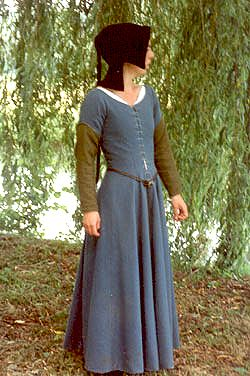 15th century gown over kirtle with pinned on sleeves