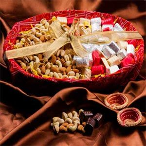 Bandhani Chocolate Hamper Rs 2670/- http://www.tajonline.com/diwali-gifts/product/d3926/bandhani-chocolate-hamper/?aff=pint2014/