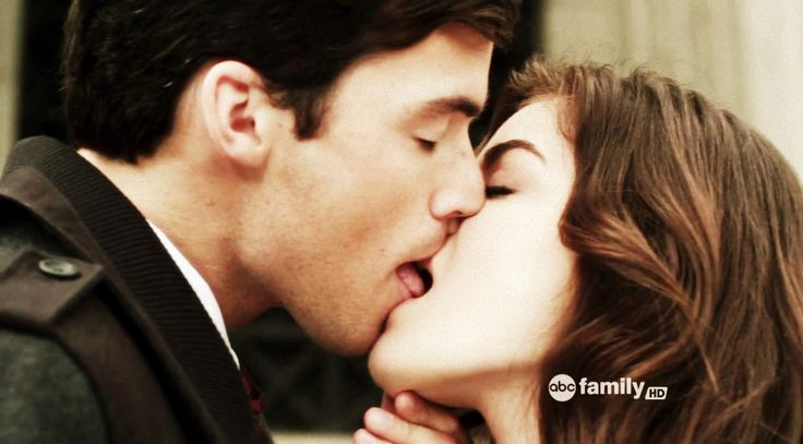 Aria (Lucy Hale) and Ezra (Ian Harding), How sweet. By far my fave relationship. =D