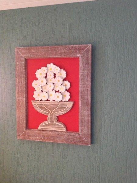 Quadro de madeira com flores brancas e fundo vermelho - QDP 189