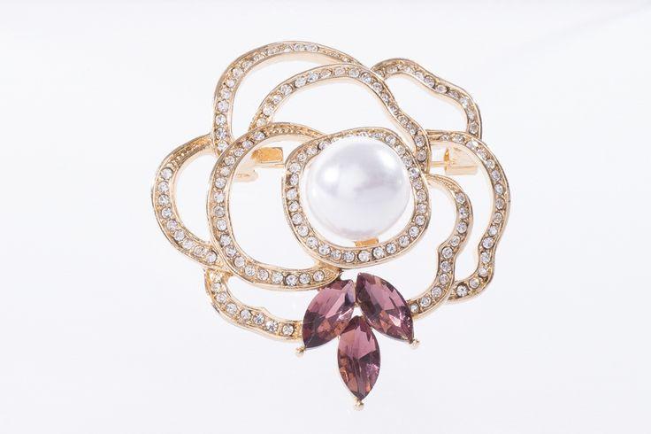 Broche con forma de delicada rosa con perla. Elaborado en 4 baños de oro de con piedra de cristal y perla color crema.  Broche modelo 317186