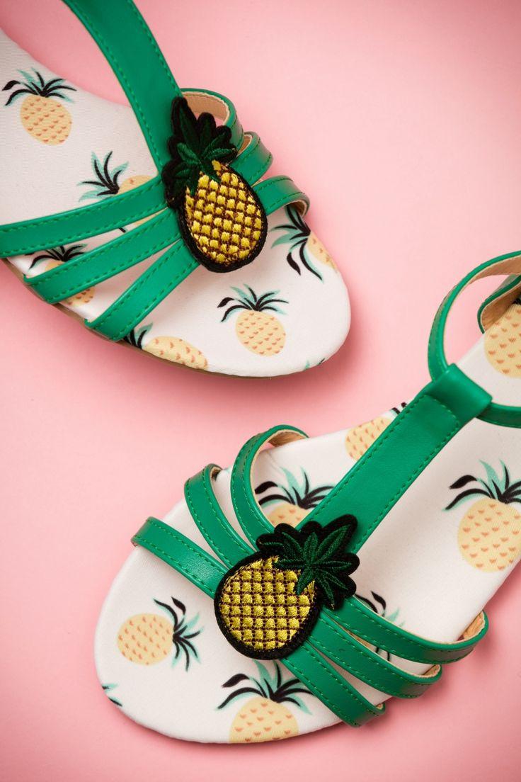 Zon, zee, strand... en deze 60s Lottie Pineapple Sandals. Dit wordt de perfecte zomer, toch?! Deze schatjes zijn toch gewoon om op te eten. Uitgevoerd in kwalitatief hoogwaardig groen 'faux' leder met een zoet sappig ananasje aan de voorzijde... LOVE! Perfect voor een strandvakantie, maar ze zijn ook geweldige begeleiders tijdens een zomers uitstapje met vriendinnen. ;-)   Verstelbaar enkelbandje Goudkleurig gespje Comfortabele binnenzool met ananas print...