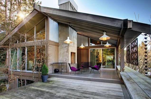 Amazing Mid Century Modern home. Look at that outdoor living room. And those windows!