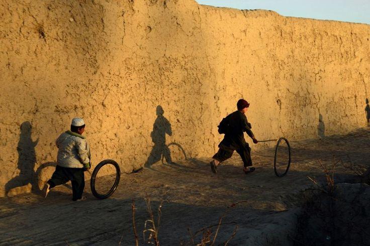 Ragazzi afghani fanno il gioco del cerchio fuori dalla loro casa nella provincia di #Kandahar. Nel Paese, il governo detiene il controllo solo su alcune porzioni di territorio e la minaccia dei #talebani mette perennemente a rischio la sicurezza della popolazione.