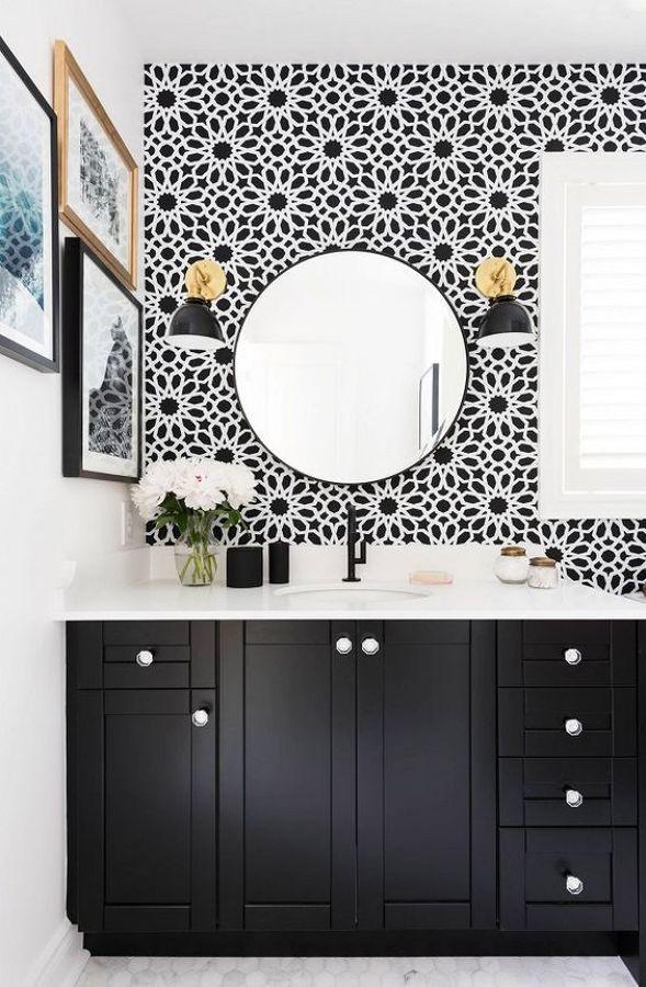 #hogarhabitissimo #baño #papelpintado   Aún hay muchas personas reticentes a revestir un baño con papel pintado. Eso es porque no conocen el papel vinílico, que resiste muy bien la humedad. Es una opción altamente decorativa, asequible y de fácil instalación, ya que se puede colocar incluso encima de los azulejos preexistentes, si se tapan bien las juntas. Valora si la ventilación de tu baño es buena y ¡atrévete con el papel pintado!