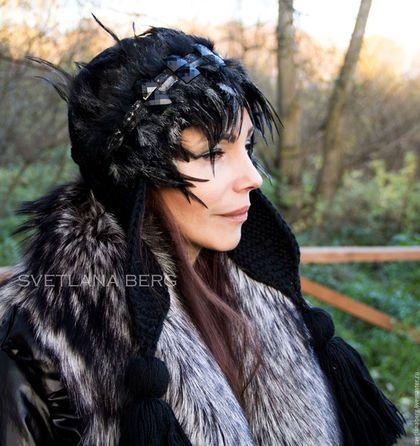 Купить или заказать Ворона в интернет-магазине на Ярмарке Мастеров. Вязанная шапочка с длинными ушками и кистями, декорированная перьями и стразами. Очень теплая, длина ушек позволяет закрывать шею, поэтому вам не придется надевать дополнительно шарф. Черные посеребренные перья делают модель таинственной и грациозной.