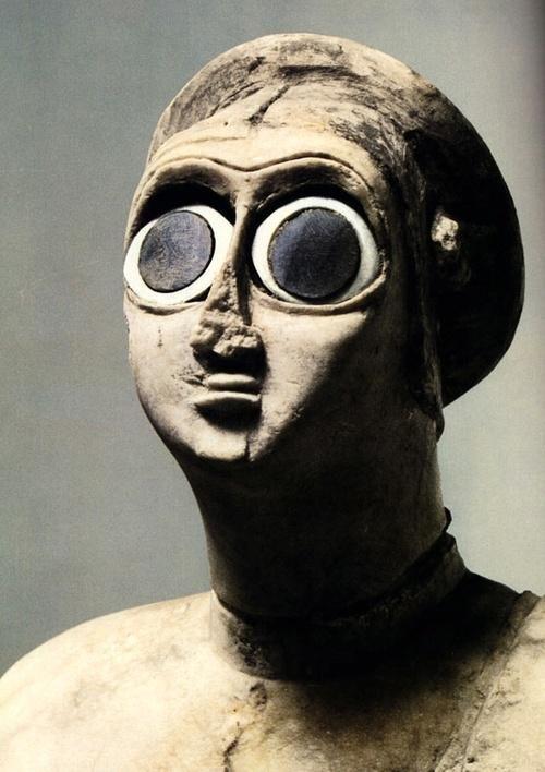 自分では久しく撮っていないのだけど、最近のプリクラってこんな感じに写る機能が付いているよね… 女性像、シュメール、紀元前2700年ころ