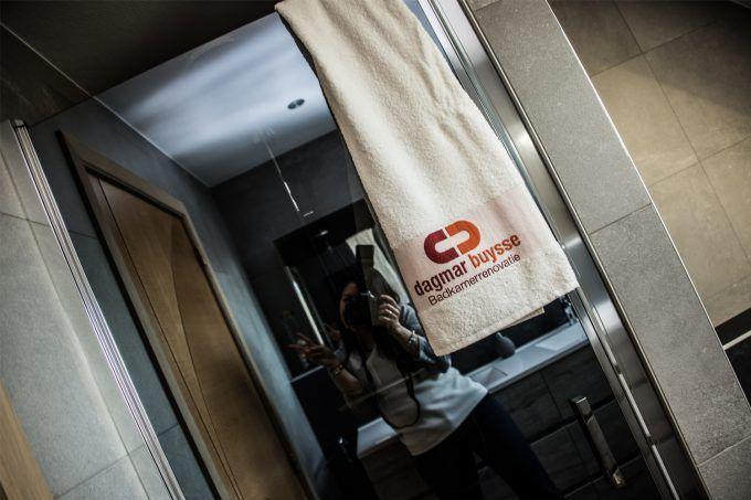 25 beste idee n over betegelde badkamers op pinterest badkameridee n douche ruimtes en houzz - Kamer onder de helling ...