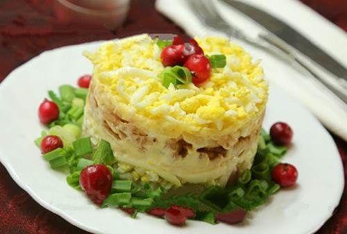 Слоеный нежный салат с яблочкомЧто взять для блюда Слоеный нежный салат с яблочком — состав:      ☀ одно крупное яблочко;     ☀ щепотка небольшая соли;     ☀ твердый (чтобы удобно было натереть) сыр — 175 грамм;     ☀ сок лимонный;     ☀ луковица репчатая (средняя);     ☀ два вареных яйца;     ☀ оливковый майонез — на вкус.