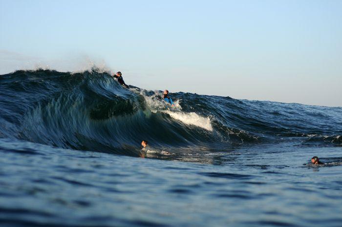 Slab potente LA SALVAJE que rompe a unos 200 metros de la costa, corta tubera e intensa hace que esta ola sea para surfistas con un nivel medio-alto. Rompe desde medio metro llegando a alcanzar 3 ó 4 metros.