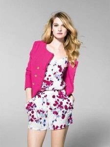 Blusa floreada con falda corta