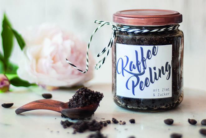 Ein Wellness-Geschenk zum Jahresende ist genau das Richtige - deshalb zeigen wir dir, wie du schnell und mit wenig Aufwand ein wunderbares Kaffeepeeling im Glas selber machen kannst!