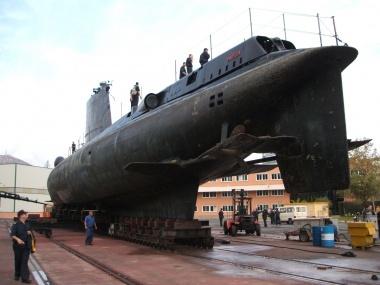 Defensa pone en venta un submarino:  http://www.diarioderegatas.es/index.php?contenido_servicio_tabla=template_noticia_detalle_idnoticia=2455_categoria=8  Submarinos no, pero si quieres un barco, aquí estamos: http://www.nauticaydeportes.com/embarcaciones-y-motores/nuevas/embarcaciones-nuevas/