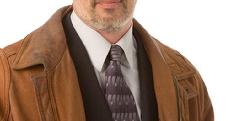 Cómo detectar chaquetas de cuero Armani de imitación. Armani representa la elegancia. Este creador de moda de alta calidad tiene varias líneas y confecciones para diferentes mercados. La ropa de Armani es costosa, y muchos vendedores de falsificaciones tratan de hacer dinero engañando a los consumidores para que compren ropa de Armani falsas, como chaquetas de cuero. Para asegurarte de no comprar una ...