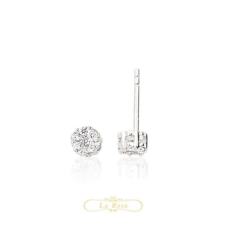 Cerceii cu diamante LRY256 sunt la granita dintre modern si clasic. Moderni prin forma minimalista si clasici prin eleganta designului. Pretul pentru o pereche de cercei LRY256 din aur alb 18K si diamante de 0.23 carate este 2995 lei.   http://www.bijuteriilarosa.ro/bijuterii-cu-diamant/cercei/cercei-lry256