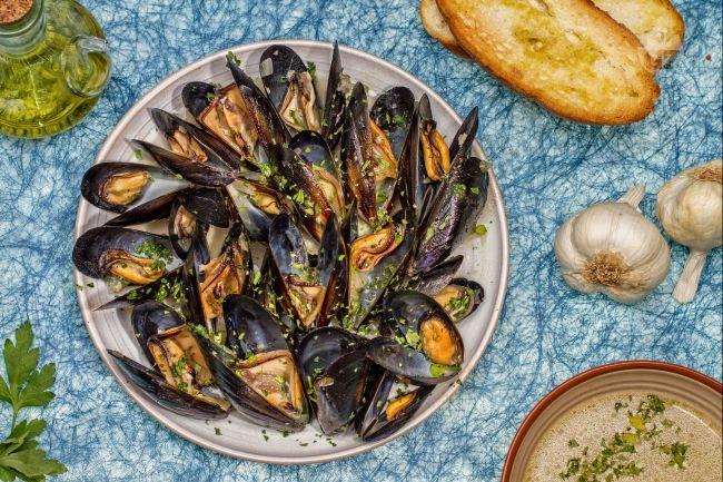 Le cozze alla marinara sono un piatto di pesce semplice, veloce e gustoso, ottimo come antipasto o come primo piatto.