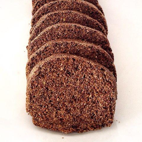 """199 Likes, 27 Comments - Louise Henriques (@louiselhenriques) on Instagram: """"Pão proteico, rico em fibras e low carb para o café da manhã de domingo 😋    Pão de chia com…"""""""