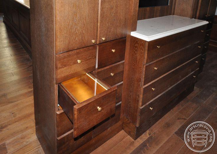 Podświetlane drewniane szuflady na eksponaty.
