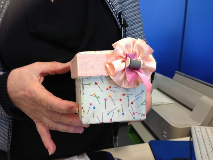 Scatola di cartone rivestito di tessuto artistico realizzata a mano.