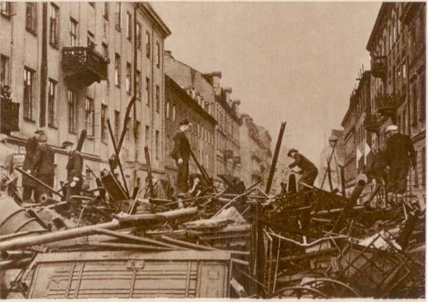 Barykada wzniesiona przez Polaków walczących w Warszawie z niemieckim najeźdźcą, ulica Zielna