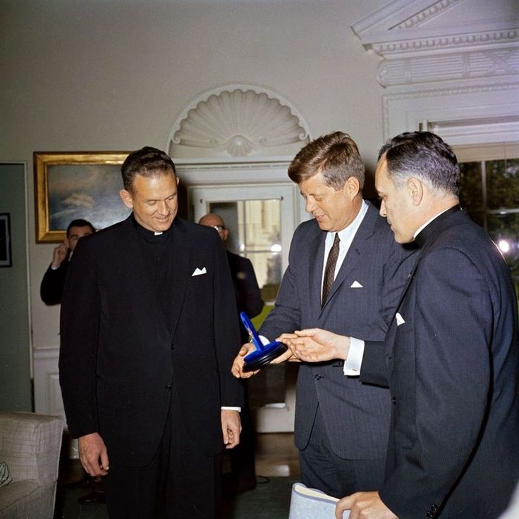 1961. 22 Novembre. By Robert KNUDSEN. Reverend Theodore M. Hesburgh (right)…