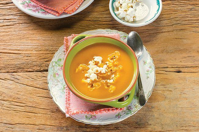 Cenoura também rende uma sopa nota mil. Além do sabor adocicado, conta ponto o visual vibrante! Agora, se você quiser transformar completamente o sabor, junte leite de coco e uma pitada de curry.