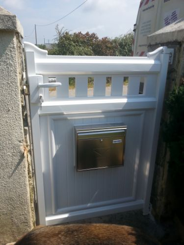 Portillon pvc avec interphone et bal 22740 pleudaniel b for Portillon pvc