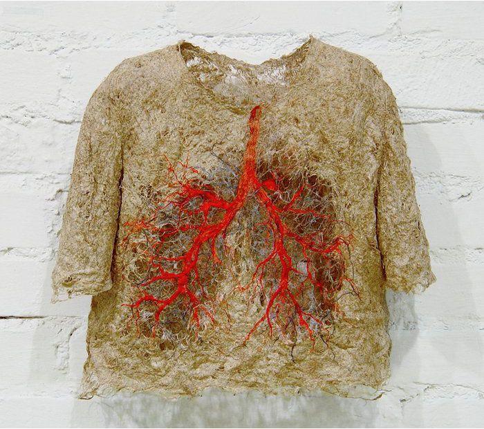 Huohotus / Panting (2004, 8 x 50 x 58 cm) pellavakuitu / flax yksityiskok / private collection © Raija Jokinen