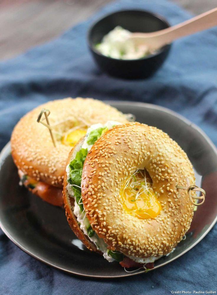 Bagel fromage frais & oeuf, pour un brunch - Découvrez deux garnitures de bagel, pour un brunch très gourmand ! Au menu : saumon fumé - concombre, ou bien bacon grillé - laitue. Ajoutez une crème au fromage frais et un œuf au plat : c'est un régal !