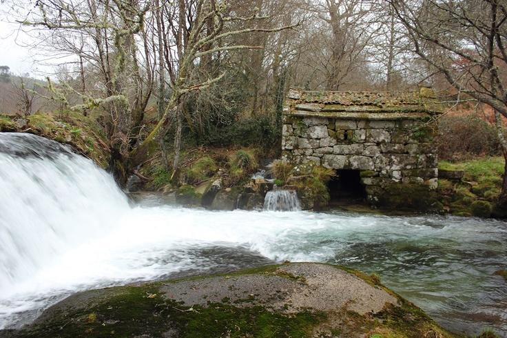 Muíños do Pozo Negro, sobre el Río Almofrei, en Cotobade, Pontevedra.