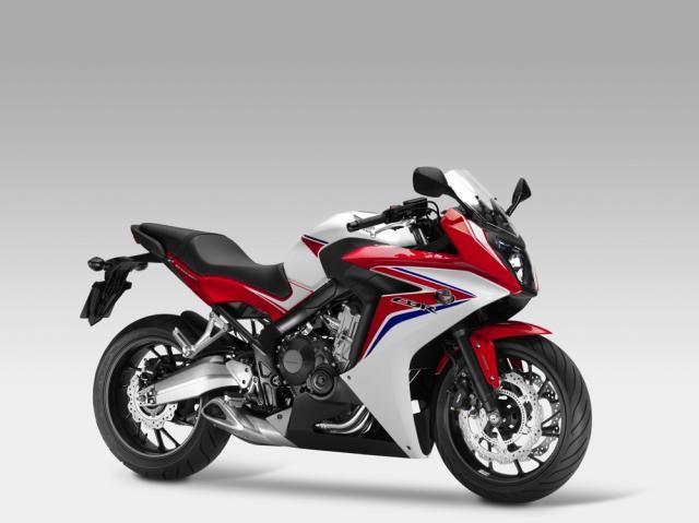 """Honda CBR 650F, novità EICMA 2013, ecco le foto e la scheda tecnica EICMA 2013 – La nuova Honda CBR 650F guadagna un motore """"maggiorato"""", ottenuto aumentando la corsa del 600 cm3 Supersport, studiato per dare il meglio ai bassi e medi regimi. Il telaio è stato rivisto, il forcellone è in alluminio e i consumi contenuti: Honda dichiara 21 km/l nel ciclo WMTC. Di serie l'ABS, ecco come è fatta"""