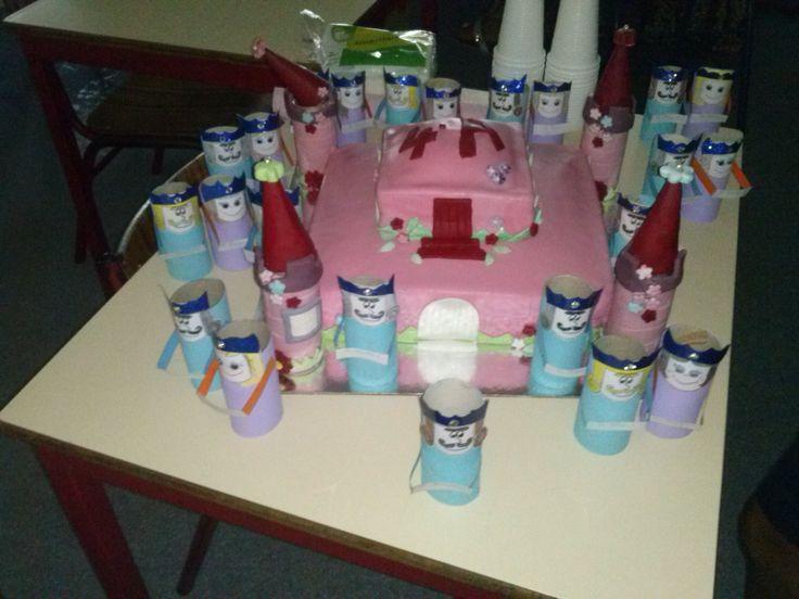 Um castelo encantando para os meus alunos, rodeado de 24 reis e rainhas (copos de canetas).