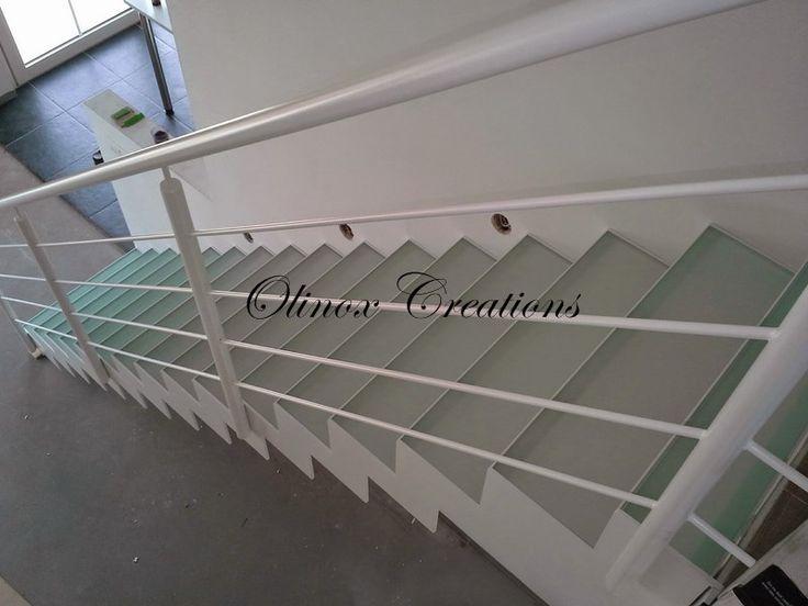 Escalier intérieur droit en verre opalin