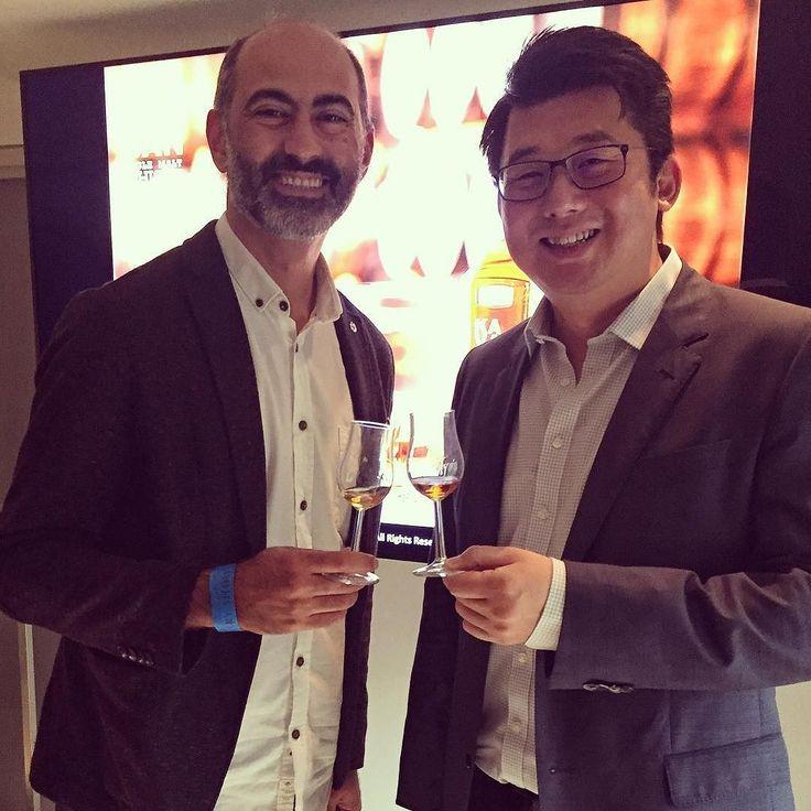 Such an amazing guy such wonderful whiskies!! Ödüllere doymayan Tayvan viskisi Kavalan'ı Ian Chang ve Dave Broom'dam dinlemek farklı şeri fıçılarında dinlendirilen Solist serisini şerilerle karşılaştırarak tatmak müthiş bir deneyim oldu Tayvan'da viskilerin 42 dereceyi bulan depolarda olgunlaştığını ve meleklerin payı oranının %12 olduğunu biliyor muydunuz? #Kavalan #viski #whisky #whiskey #malt #blended #bourbon #burbon #scotch #tadim #viskitadimi #maltingunu #meleklerinpayi #whiskyporn…