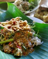 pecel ~ Indonesian salad. Steamed spinach, bean sprout, fried tofu, fried tempe, fresh lamtoro bean, and Indonesian sweet basil. Seasoned with pecel salsa enriched with chopped peanut. #indonesian #food
