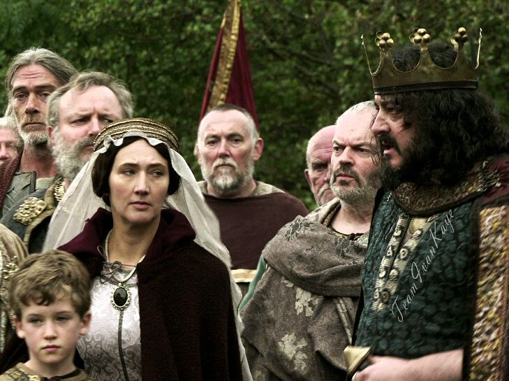 It's #MothersDay in the UK, therefore you get a picture of #KingAelle's wife in her function as a mother: grabbing her little son to pull him out of his father's way in Season 1. 😉 Happy Mother's Day to all the mothers in the UK! 😊❤🌹 And all the others: Enjoy your Sunday! 😊 . #IvanKaye #CathyWhite #Vikings #Vikingsfamily #Vikingsfans #Saxons #king #Northumbria #mother #son #father #Season1