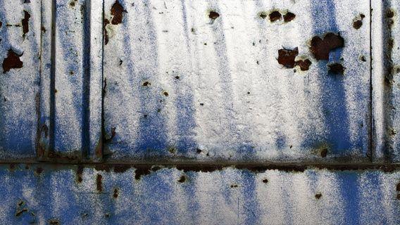 Neu in meiner Galerie bei OhMyPrints: Lagerhaustür (Fragment) Blau/Weiß/Rost