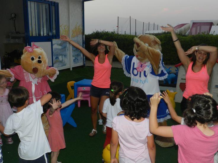 Inizia la musica e comincia la festa... basta seguire i passi delle animatrici, e di Milù e Lulù, per imparare il nuovo ballo di gruppo dell'estate!
