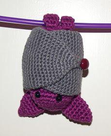 INGREDIENTES:  Hilo de algodón nº 5 color lila y color gris.  Para hacer el CUERPO empezar con aro mágico y 6 puntos bajos.  2ª v...