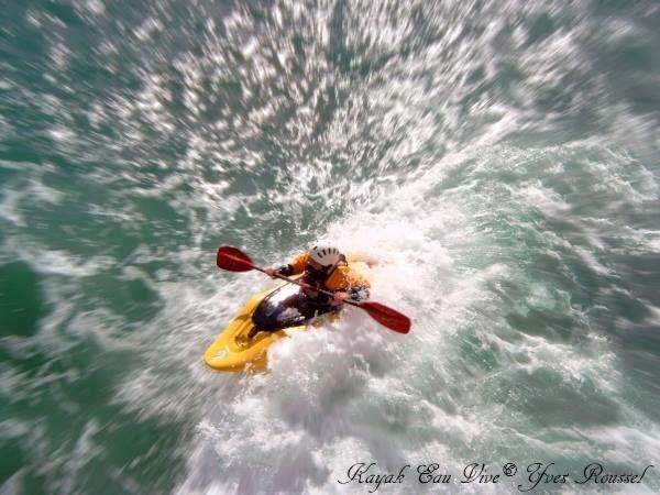 Kayak water live in San Sebastian in Spain © Yves Roussel