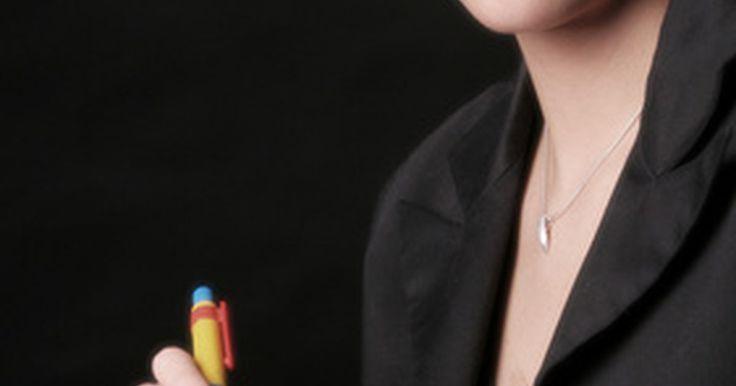 Deberes y responsabilidades del empleo como asistente ejecutivo administrativo. Los asistentes ejecutivos administrativos apoyan a profesionales de nivel ejecutivo como directores ejecutivos, directores financieros, vicepresidentes y directores generales. Junto con tareas básicas de oficina, tales como la planificación de reuniones y viajes, un asistente ejecutivo administrativo también podrá llevar a cabo investigación, ...