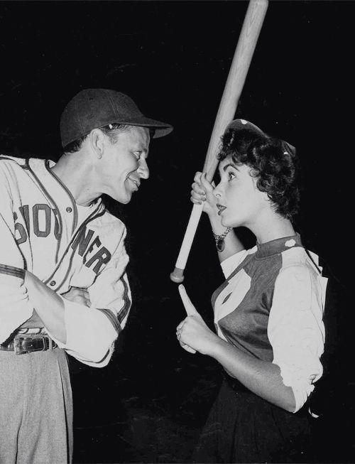 Frank Sinatra y Elizabeth Taylor en el partido de Baseball de las estrellas de Hollywood, 1949