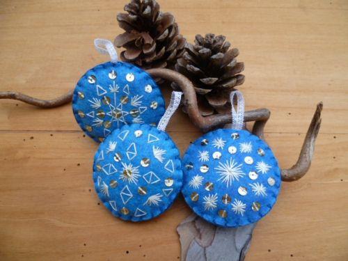 boules de noël brodées,diy boule de noël,boules de noël fait-maison,décoration de noël,noël bohème,noël folk,fleur de lotus,un lotus bleu,déco noël bleu argent